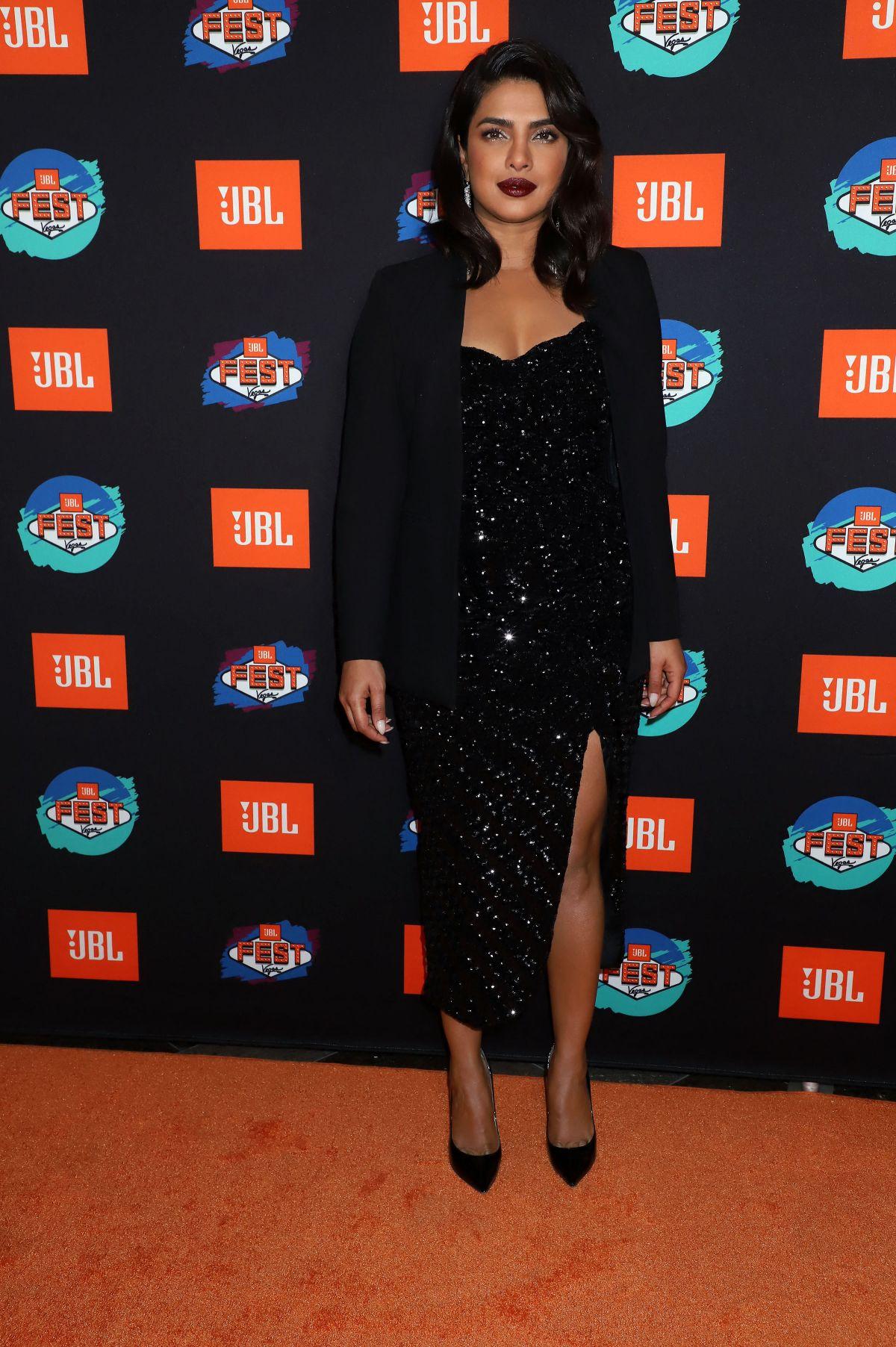 بريانكا شوبرا في فستان أسود براق