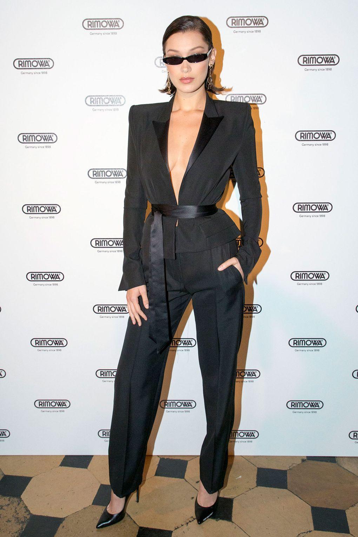 بيلا حديد في بدلة رسمية باللون الأسود