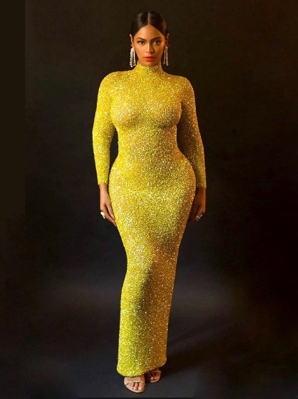 بيونسيه في فستان أصفر براق من يوسف الجسمي