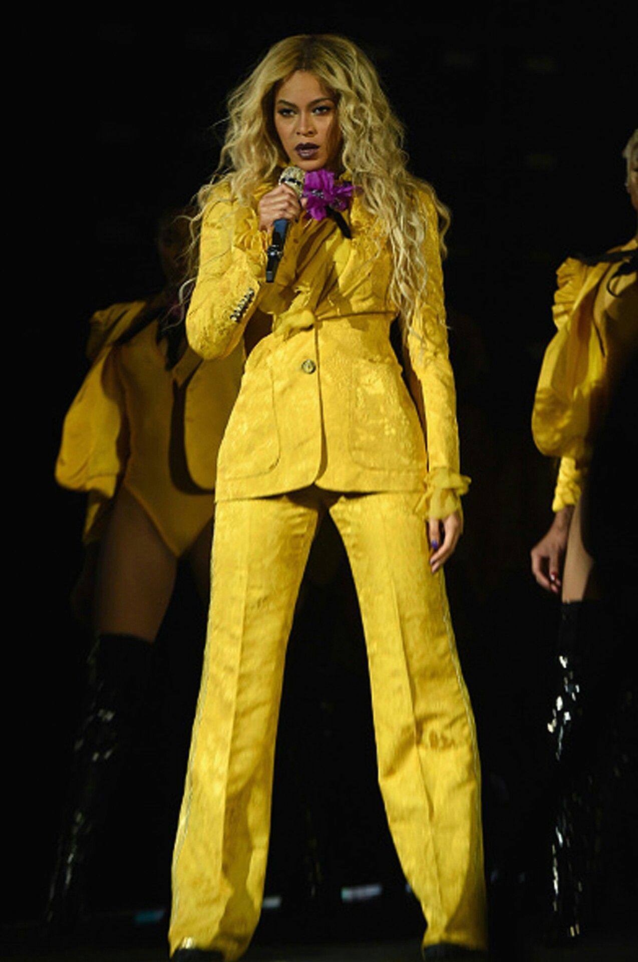 بيونسيه أنيقة في بدلة باللون الأصفر