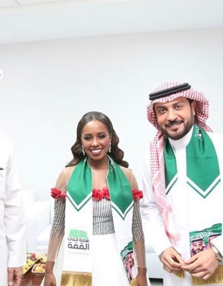 داليا مبارك في فستان باللون الأبيض في اليوم الوطني السعودي