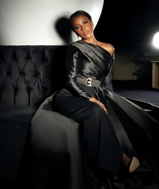 داليا مبارك أنيقة في فستان سهرة أسود
