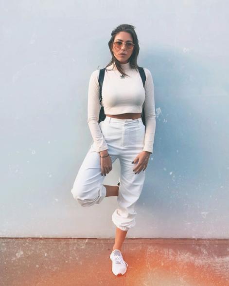 دانييلا رحمة في تنسيق كاجوال باللون الأبيض