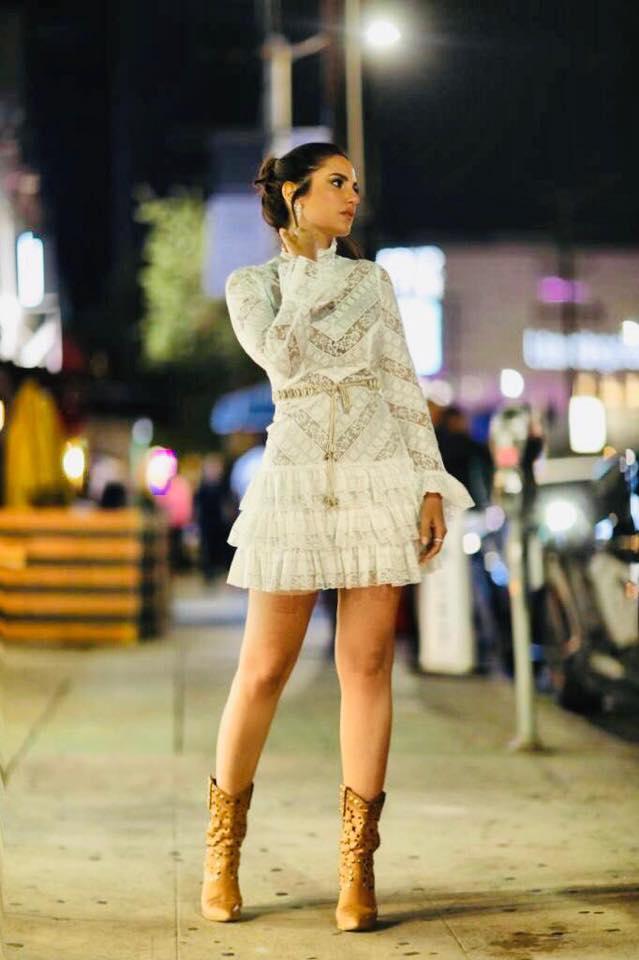 درة زروق في فستان قصير من الدانتيل باللون الأبيض