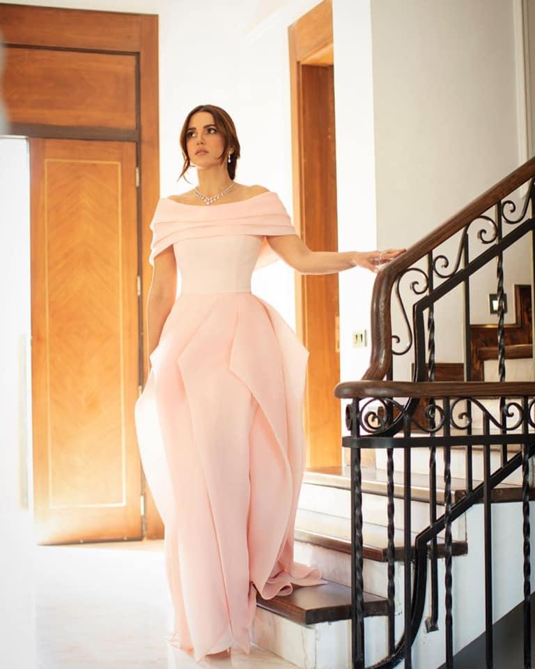 درة زروق في فستان اوف شولدرز باللون الزهري