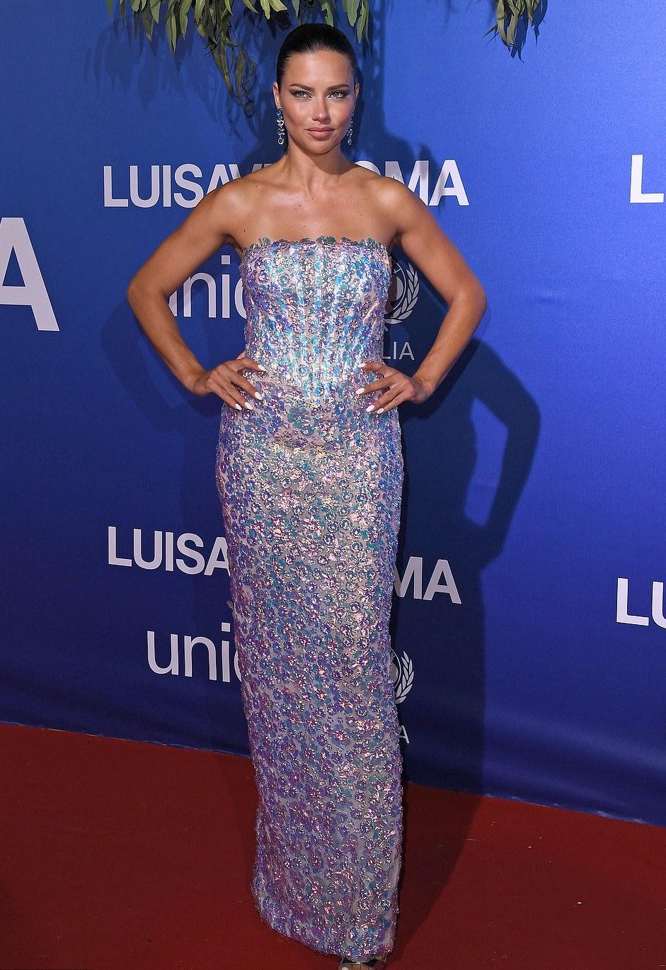 ادريانا ليما اختارت فستان براق باللون الأزرق من رامي قاضي