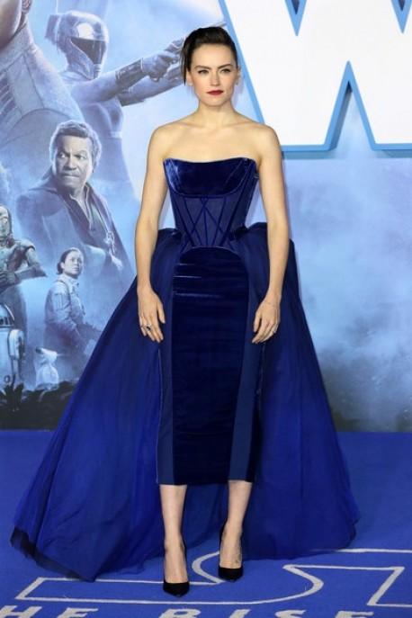 ديزي ريدلي في فستان مخمل أزرق من فيفيان ويستوود