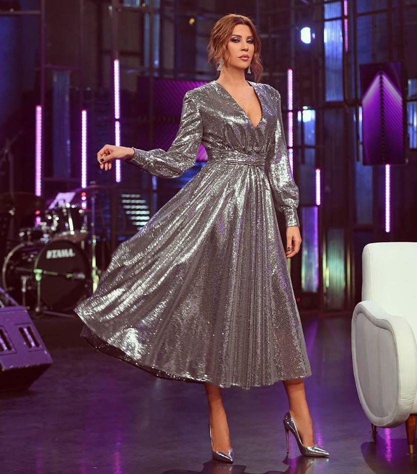 فستان باللون الفضي تألقت به كارلا حداد
