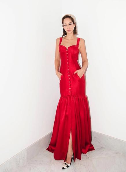 فستان باللون الأحمر تألقت به لانا الساحلي