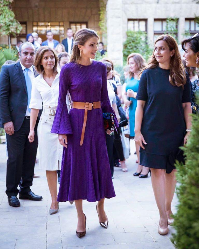 فستان بنفسجي مع حزام على الخصر اختارته الملكة رانيا