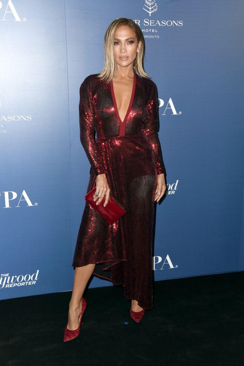 فستان براق باللون العنابي تألقت به جينيفر لوبيز