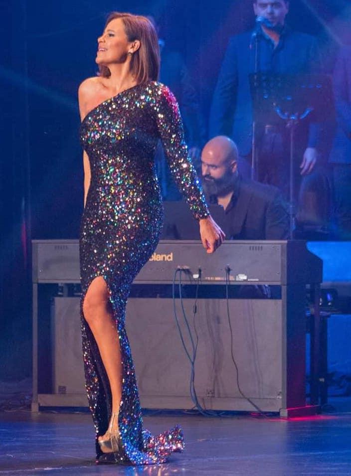 فستان براق كتف واحد اختارته كارول سماحة على المسرح