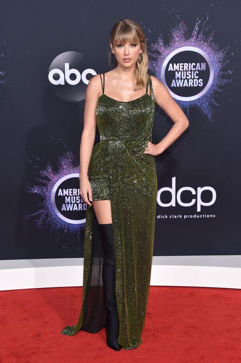 فستان براق من جوليان ماكدونلد تألقت به تايلور سويفت هذا العام
