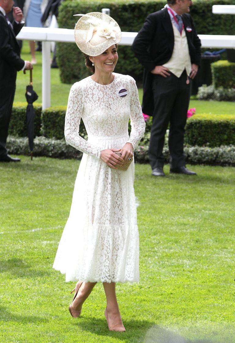 فستان أبيض من الدانتيل تألقت به كايت ميدلتون