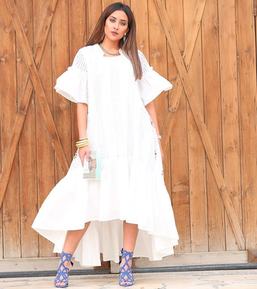فستان أبيض ناعم اختارته فرح الهادي