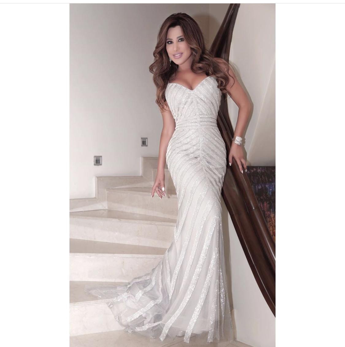 فستان أبيض ناعم اختارته نجوى كرم