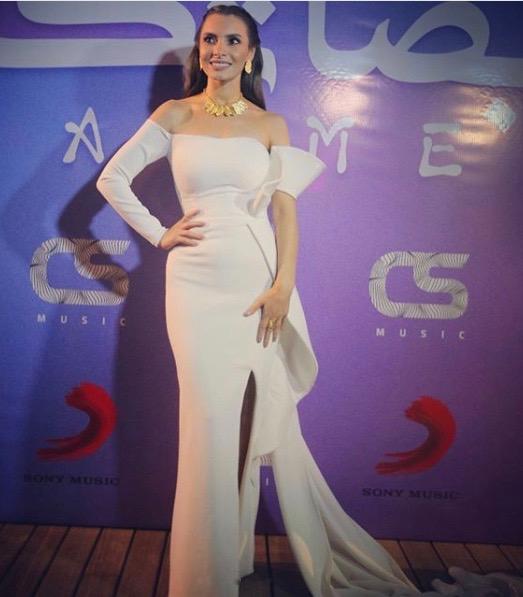 فستان أبيض أوف شولدرز اختارته كارمن سليمان