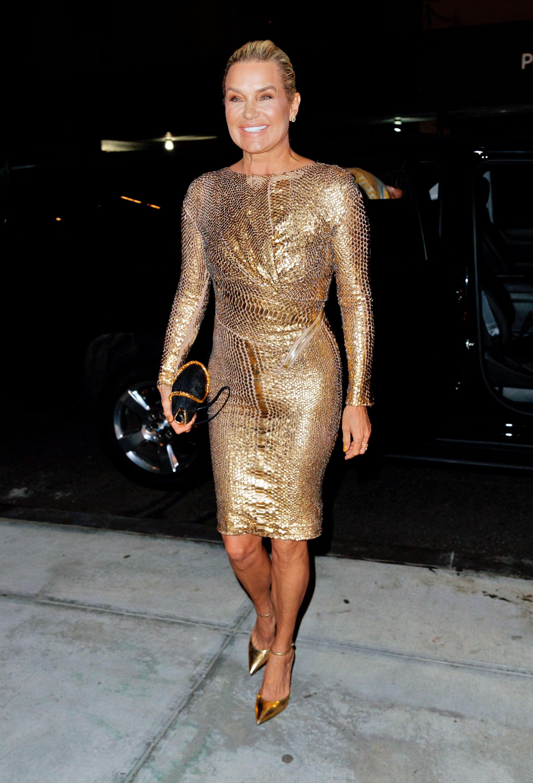 فستان ذهبي ميدي تألقت به يولندا حديد