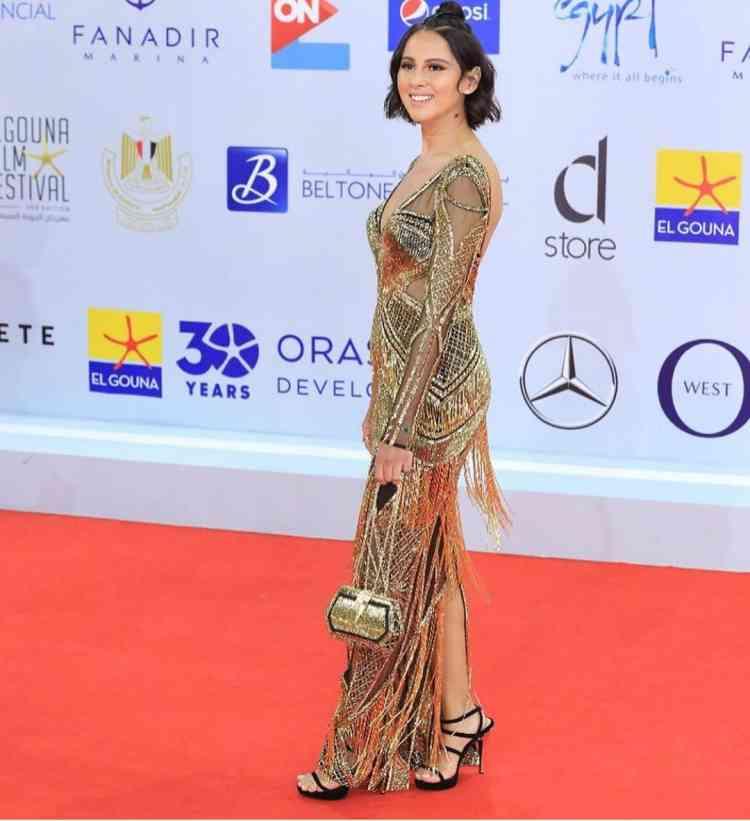 فستان ذهبي مزين بالشراريب اختارته ياسمين رئيس