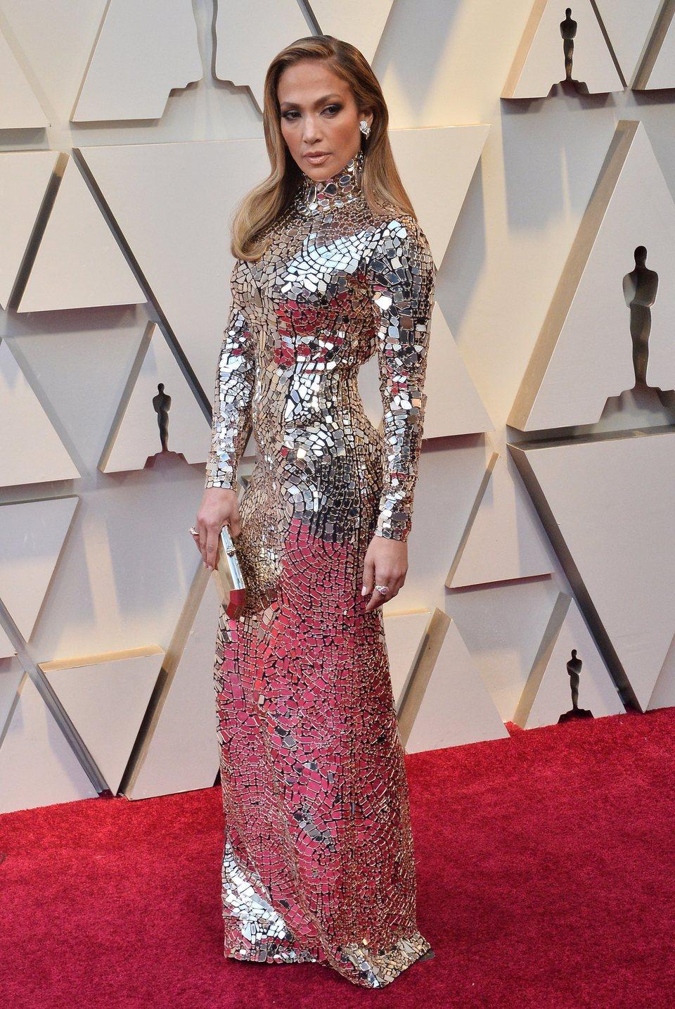 فستان فضي براق من توم فورد اختارته جينيفر لوبيز