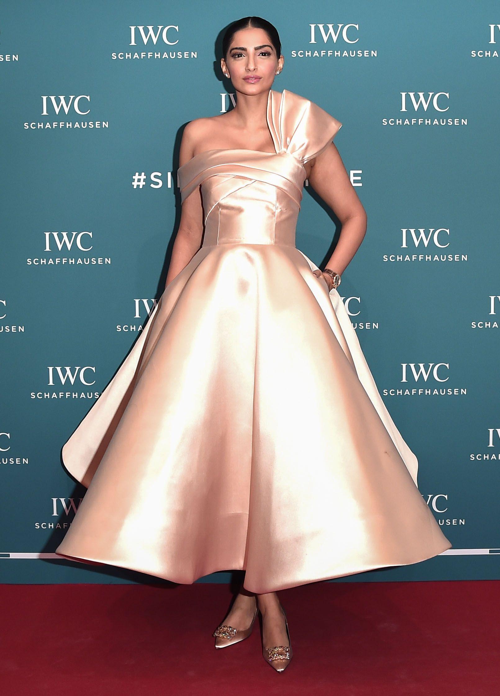 فستان فاخر مستوحى من الخمسينات اختارته سونام كابور
