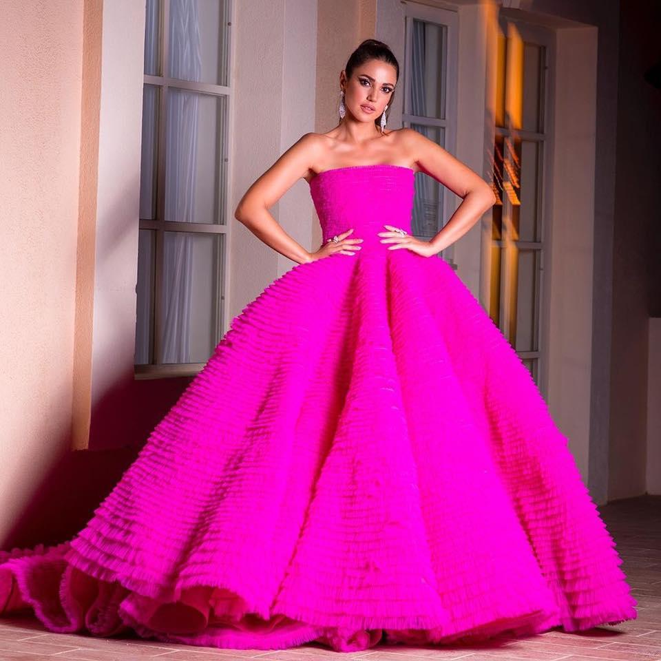 فستان فوشيا مستوحى من فساتين الأميرات اختارته درة زروق