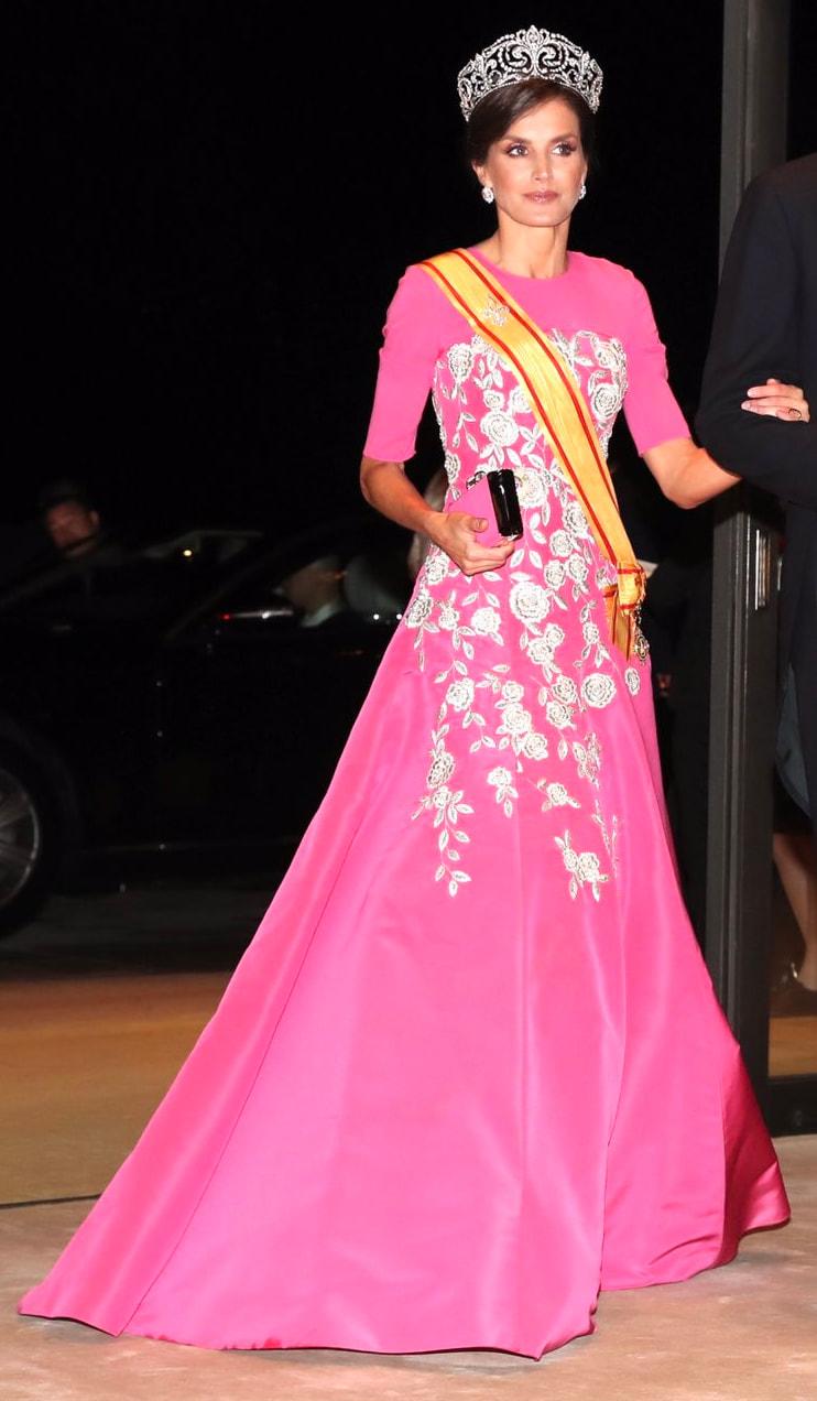 فستان فوشيا مطرز بالورود تألقت به الملكة ليتيسيا