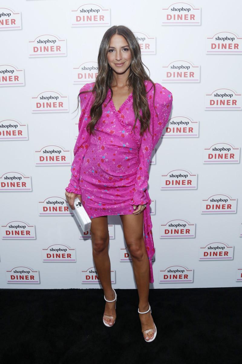 فستان فوشيا قصير تألقت به أرييل شارناس