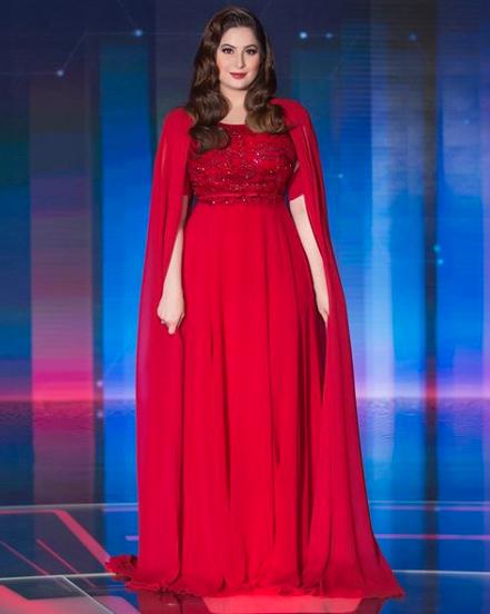 فستان أحمر اختارته رؤى الصبان على المسرح
