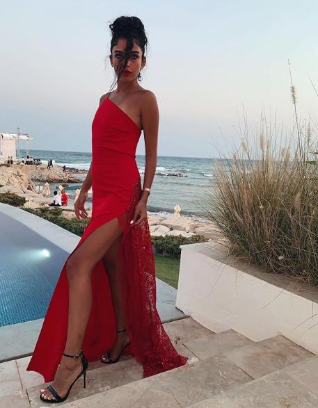 فستان أحمر كتف واحد اختارته سلمى أبو ضيف