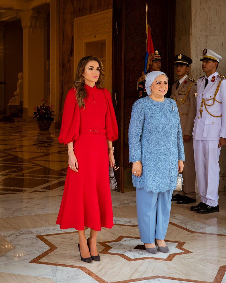 فستان أحمر ناعم تألقت به الملكة رانيا