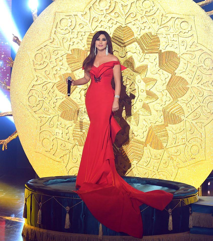 فستان أحمر اوف شولدرز تألقت به نجوى كرم