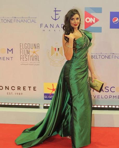 فستان أخضر اختارته ياسمين صبري على السجادة الحمراء
