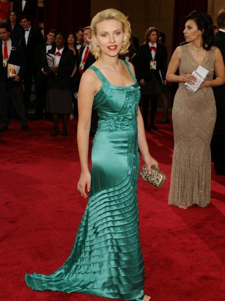 فستان أخضر من بوتيغا فينيتا اختارته سكارليت جوهانسن من بوتيغا فينيتا عام 2004