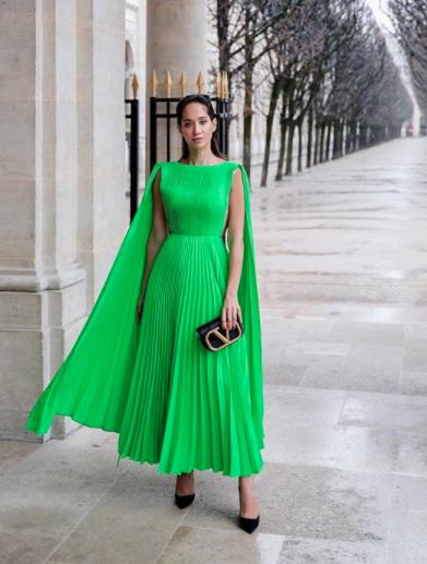 فستان أخضر من فالنتينو تألقت به لانا الساحلي