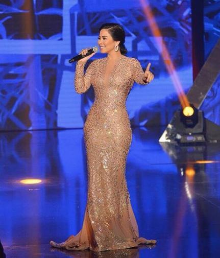 فستان لافت باللون الذهبي تألقت به شيرين على المسرح