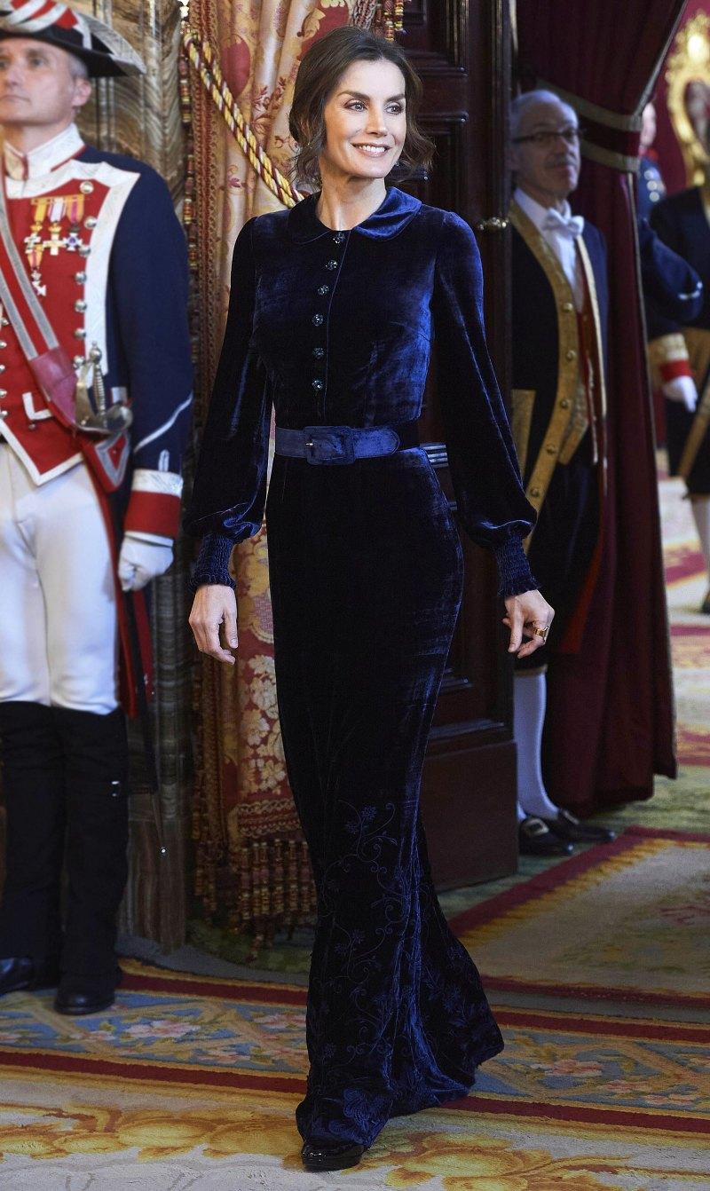 فستان مخمل باللون الأزرق تألقت به الملكة ليتيسيا