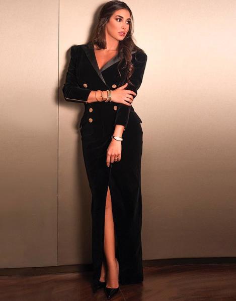 فستان مخمل أسود اختارته ياسمين صبري