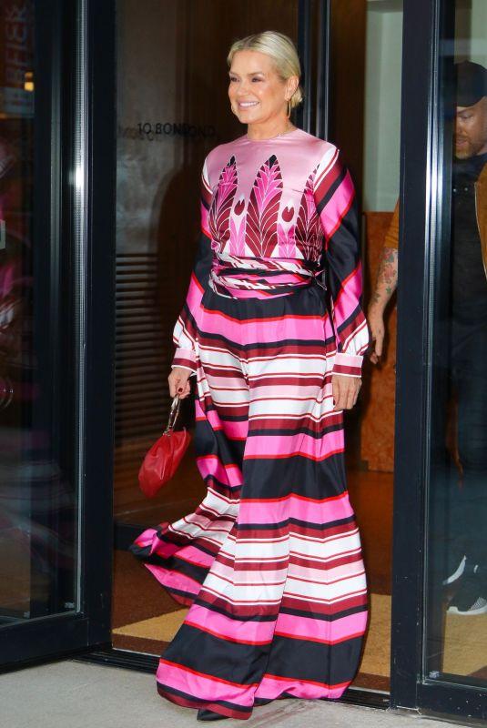 فستان ماكسي ملون تألقت به يولندا حديد