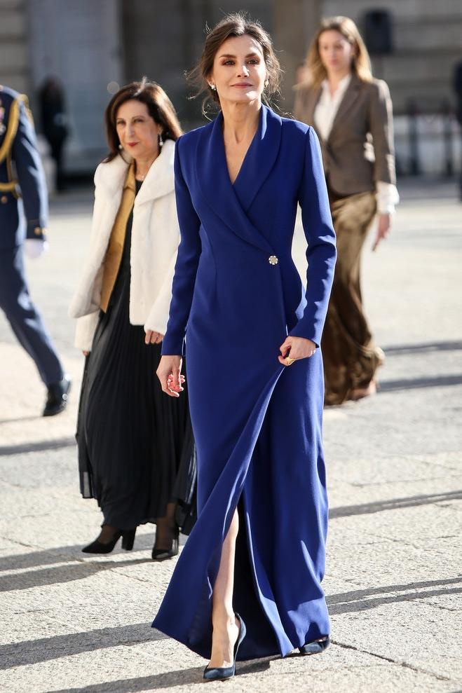 فستان ماكسي أنيق باللون الأزرق اختارته الملكة ليتيسيا