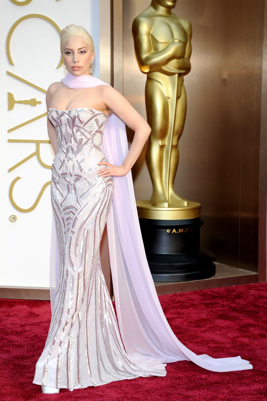 فستان من فيرساتشي اختارته ليدي غاغا عام ٢٠١٤