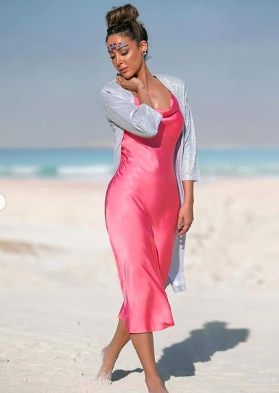 فستان من الحرير باللون الفوشيا اختارته بسمة بوسيل