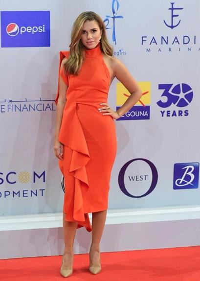 فستان ميدي باللون البرتقالي اختارته لارا اسكندر