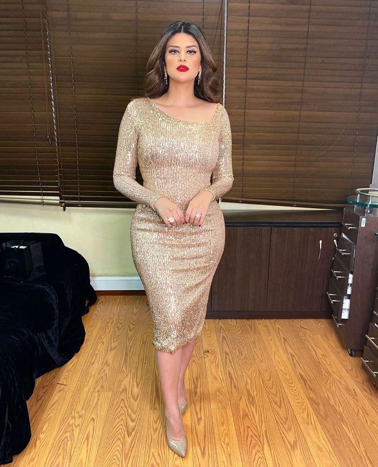 فستان ميدي براق باللون الذهبي اختارته سلمى رشيد