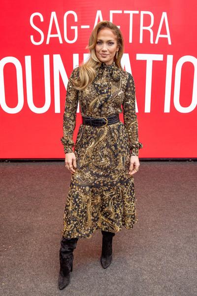 فستان ميدي من سانت لوران تألقت به جينيفر لوبيز