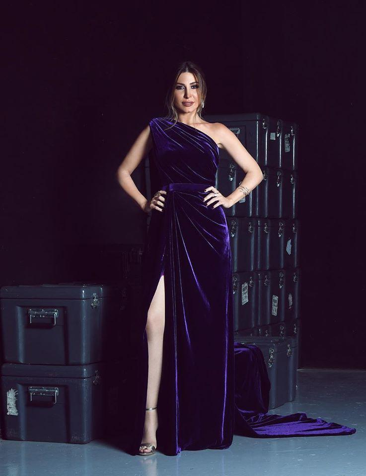فستان ناعم من المخمل البنفسجي اختارته يارا