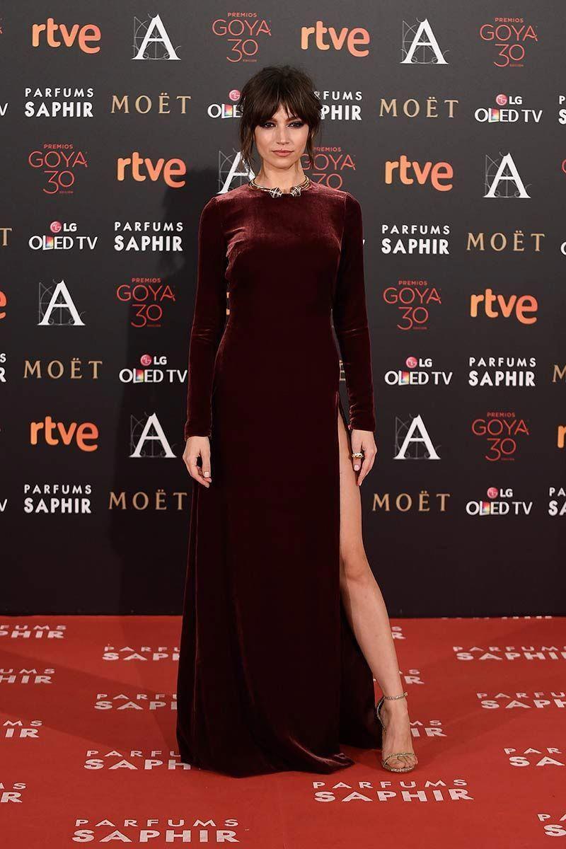 فستان ناعم من المخمل تألقت به أورسولا كوربيرو