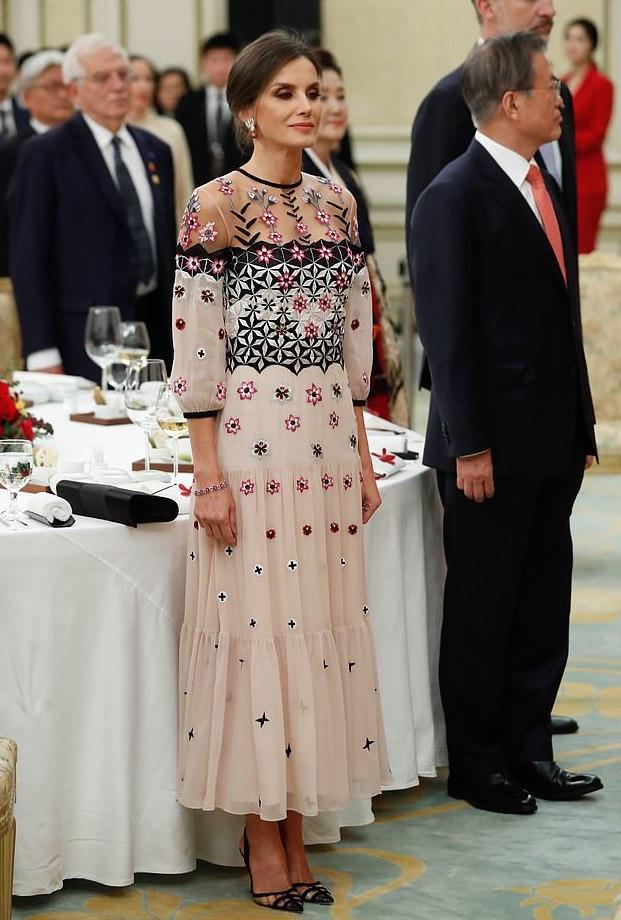 فستان أنثوي معرق بالورود من تيمبرلي لندن اختارته الملكة ليتيسيا