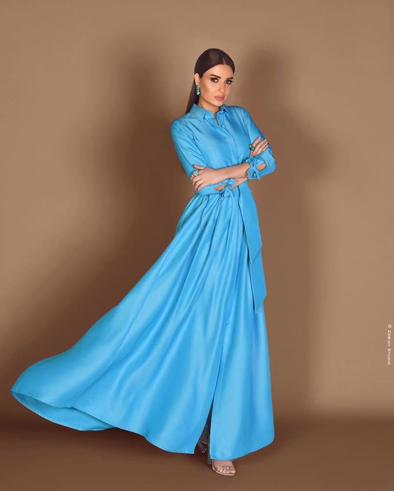 فستان قميص باللون الأزرق تألقت به سيرين عبد النور