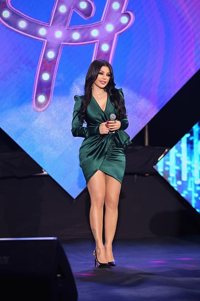 فستان قصير باللون الأخضر الزيتي تألقت به هيفاء وهبي
